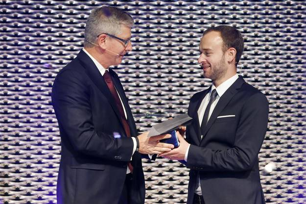 Hier nimmt der Ökonom den NAB Award von Roland Herrmann, CEO der Neuen Aargauer Bank, entgegen.