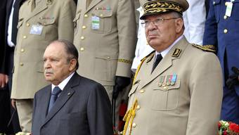 Algeriens Präsident Abdelaziz Bouteflika (links) hat beim algerischen Verfassungsrat seinen Rücktritt eingereicht. Rechts von ihm Armeechef Ahmed Gaid Salah.