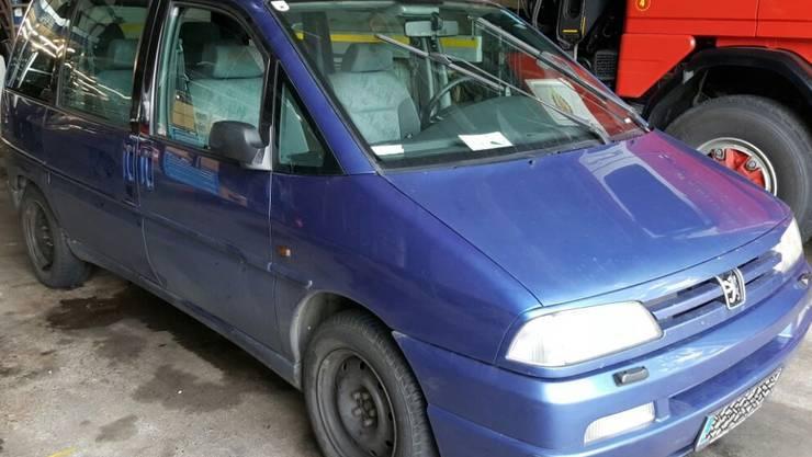 Dieser Peugeot wurde einfach auf dem Pannenstreifen abgestellt.