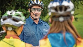 Polizist Stephan Roth erklärt den Schülern aus Niederlenz, wie man richtig im Kreisel fährt.