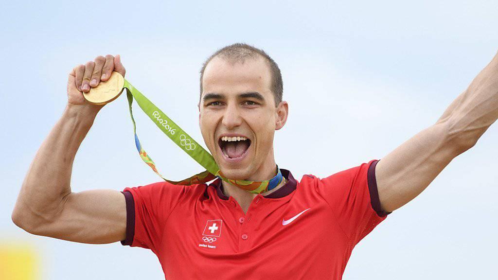 Nino Schurter feiert in Rio de Janeiro seinen Olympiasieg und seine dritte Olympia-Medaille