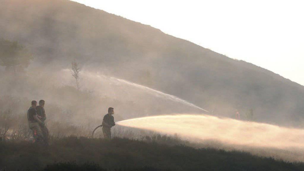 Feuerwehrleute kämpfen gegen den Brand im Saddleworth-Moor. Das Feuer war am Sonntag ausgebrochen.