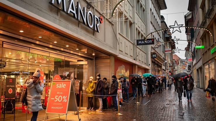 Schlange vor dem Warenhaus Manor beim traditionellen Ausverkauf kurz nach Weihnachten – jetzt werden die Preise nochmals reduziert.
