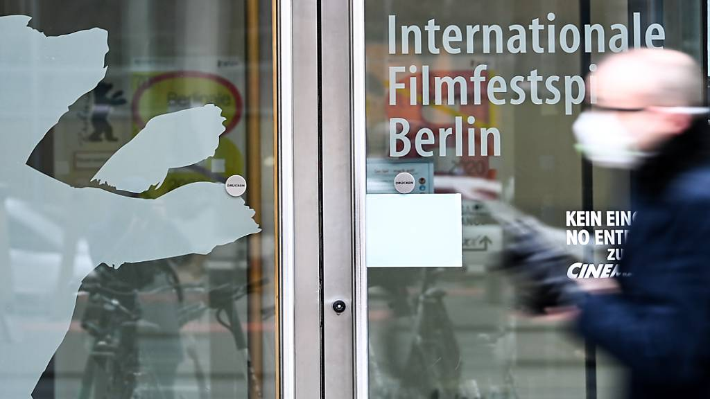 ARCHIV - Ein Eingang mit der Aufschrift «Internationale Filmfestspiele Berlin» und dem Berlinale-Bären am Potsdamer Platz.  Die Festivalleitung der Berlinale muss angesichts der Infektionslage erneut umplanen. Foto: Jens Kalaene/dpa-Zentralbild/dpa