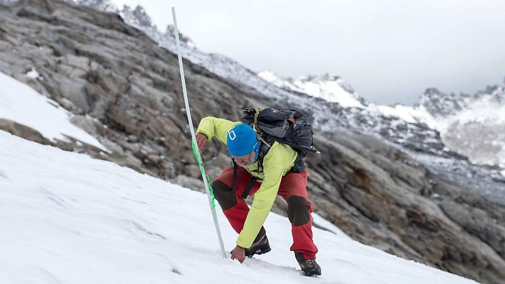 Durch regelmässige Messungen der Schnee- und Eisdecke wie hier am Basodino-Gletscher können Glaziologen der Eisverlust nachzeichnen. 2017 war der Rückgang der Gletscher schweizweit besonders stark. (Archivbild)