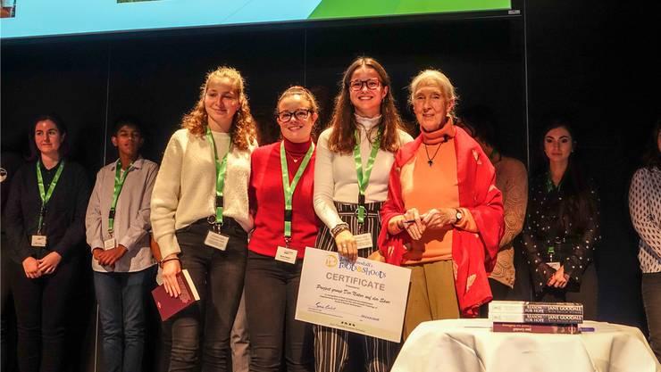 Die Badener Kantischülerinnen bekamen für ihr Umwelt-Projekt ein von Jane Goodall signiertes Zertifikat.