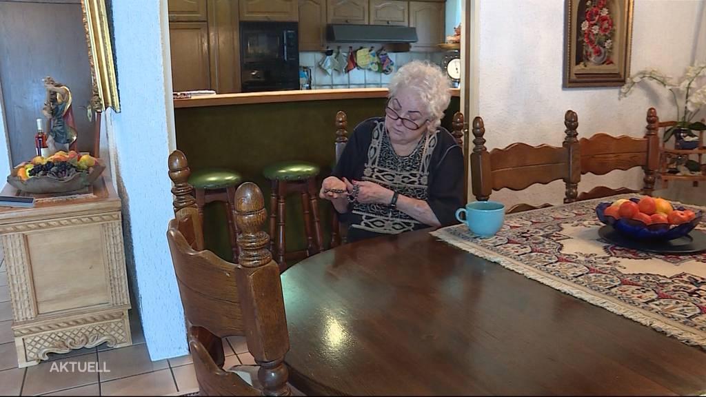 Als Dachdecker ausgegeben und Rentnerin teuren Schmuck gestohlen