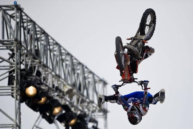 FMX Fahrer bei seinem Stunt