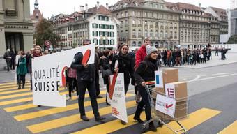 Eine breite Koalition aus rund 80 Organisationen reichen die Unterschriften für die Konzernverantwortungsinitiative ein.