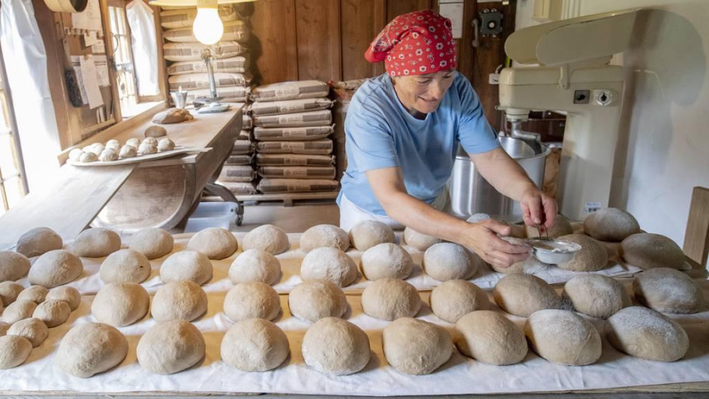 In der Bäckerei im «Berner Mittelland» im Freilichtmuseum Ballenberg bei Brienz wird gebacken. Brot und Getreide kosten in der Schweiz 1,64 Mal so viel wie im EU-Durchschnitt. Das ist günstig im Vergleich zu Fleisch, das 2019 in der Schweiz 2,35 Mal so viel kostete wie in der EU. (Archivbild 2020)
