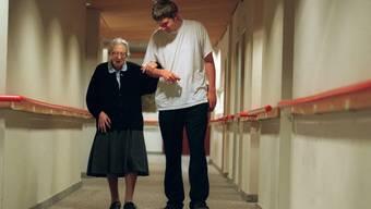 Ein Zivildienstleisternder betreut eine alte Patientin im Blindenwohnheim Muehlehalde in Zürich