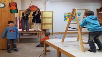 Tische, Leitern, Seile: Die Kaiseraugster Kinder hatten auch ohne Spielzeug Spass im Kindergarten.