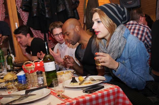 Angeregte Gespräche beim Raclette im Walliser-Huettli