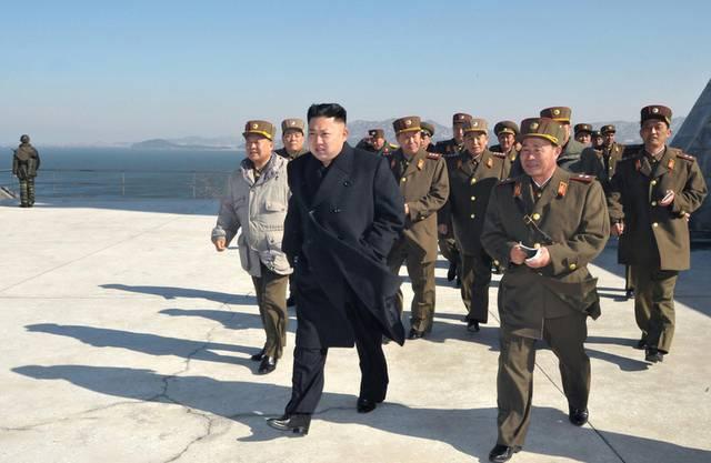 Der nordkoreanische Machthaber Kim Jong Un mit Militärs (Archiv)