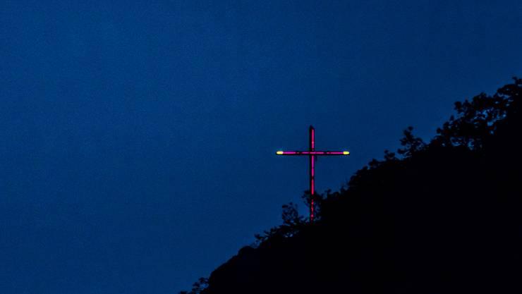 Seit Sonntag leuchtet das Kreuz auf der Geissflue violett.