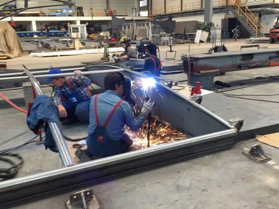 Angestellte der Lux-Werft schweissen am Dach für das Oberdeck.