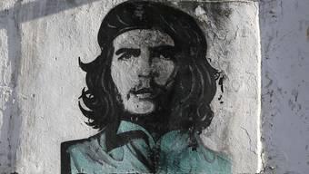 """Ernesto """"Che"""" Guevara ist immer noch die Ikone der kubanischen Revolution - obwohl er als Argentinier gar kein Einheimischer war (Graffiti auf einer Hauswand in der Hauptstadt Havanna)."""