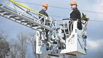 Eine Feuerwehrdrehleiter bringt Iveco-Geschäftsführer Franz Häfliger in die Baugrube