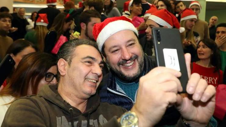 Lega-Chef Matteo Salvini gibt sich im Wahlkampf volksnah: Ob beim Selfie mit Nikolausmütze oder beim Einkauf von Unterwäsche. (Archivbild)