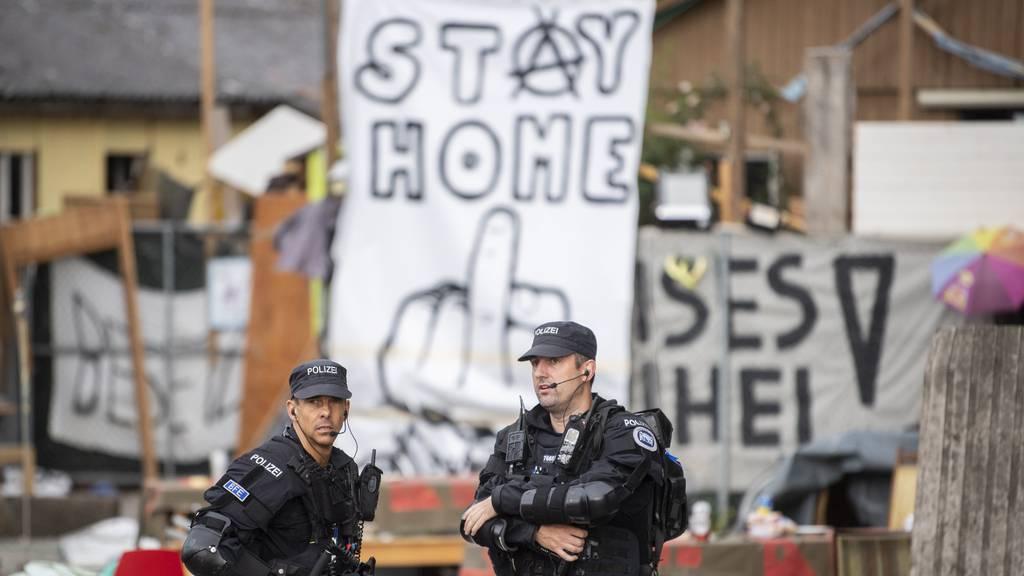Polizisten gegen Hausbesetzer: Das Juch-Areal ist geräumt