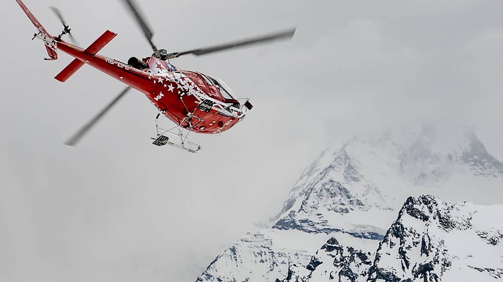 Im Kanton Wallis ist bei einem Helikopterunfall eine Person ums Leben gekommen. Ein zweiter Insasse des Helikopters hat den Unfall überlebt. Die Air Zermatt und Retter zu Fuss waren nach dem Unfall im Einsatz. (Symbolbild)