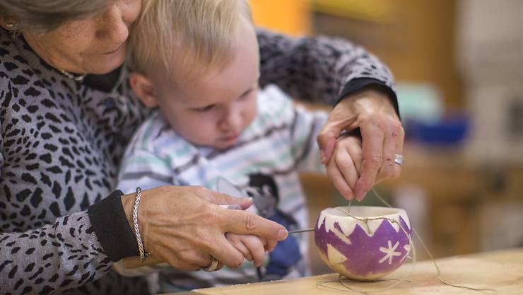 Sich um die Enkel zu kümmern kann sich positiv auf die Lebenszeit auswirken. (Symbolbild)