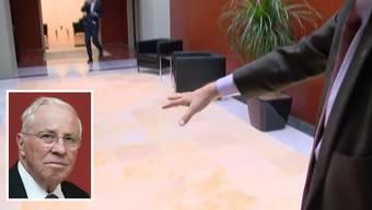 Alt-Bundesrat Christoph Blocher rutschte im Bundeshaus aus. Dabei brach sich der SVP-Politiker die Nase mehrfach und musste ins Spital gebracht werden.