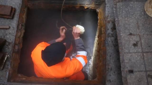 Die Werkhofmitarbeiter schrubben die Badener Thermalquellen