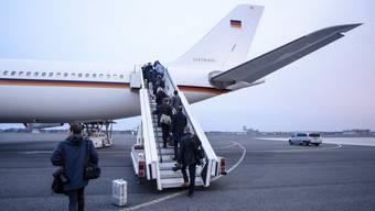 Journalisten besteigen am Montag in Berlin die Regierungsmaschine nach Washington - kurz darauf wurde der Flug abgesagt.