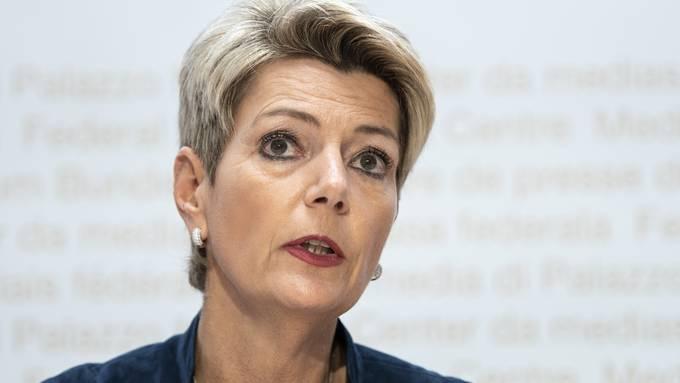 Justizministerin Karin Keller-Sutter weicht vom bisherigen Kurs ab: Sie lässt den Verzicht auf Bundesasylzentren prüfen.