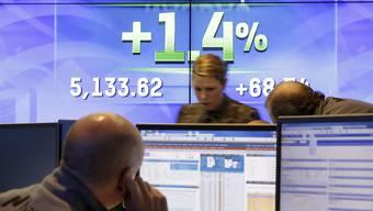 Bildschirmanzeige weist auf das Überschreiten des Nasdaq-Indexes der Rekordmarke aus dem Jahr 2000.