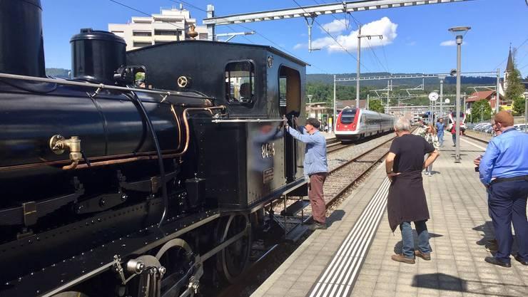 Alte trifft auf neue Bahntechnik: Ankunft im Rückwärtsgang im Bahnhof Laufen.