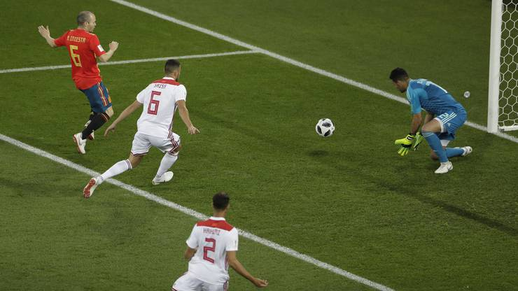 Monir El Kajoui kann gegen Andres Iniesta klären.