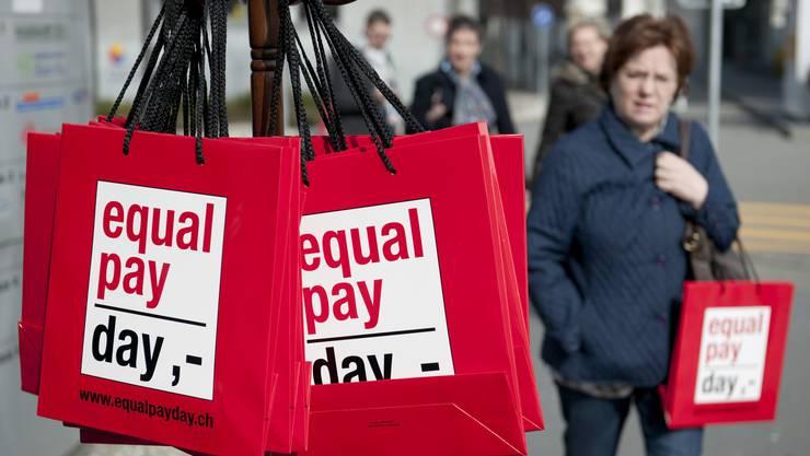 """Frauen erhalten für gleiche Arbeit noch immer nicht den gleichen Lohn wie Männer, trotz Verfassungsartikel und Gleichstellungsgesetz: Auf diese Ungleichbehandlung will der """"Equal Pay Day"""" aufmerksam machen."""