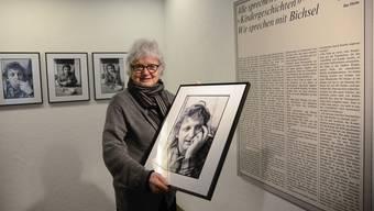 Elsbeth Leisinger hängt in der Freitagsgalerie Solothurn 16 ihrer Aufnahmen sowie den Text von Ilse Heim auf.
