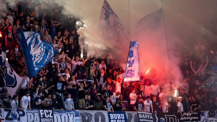 FCZ-Fans brennen während des Spiels im St. Jakob-Park Fackeln ab