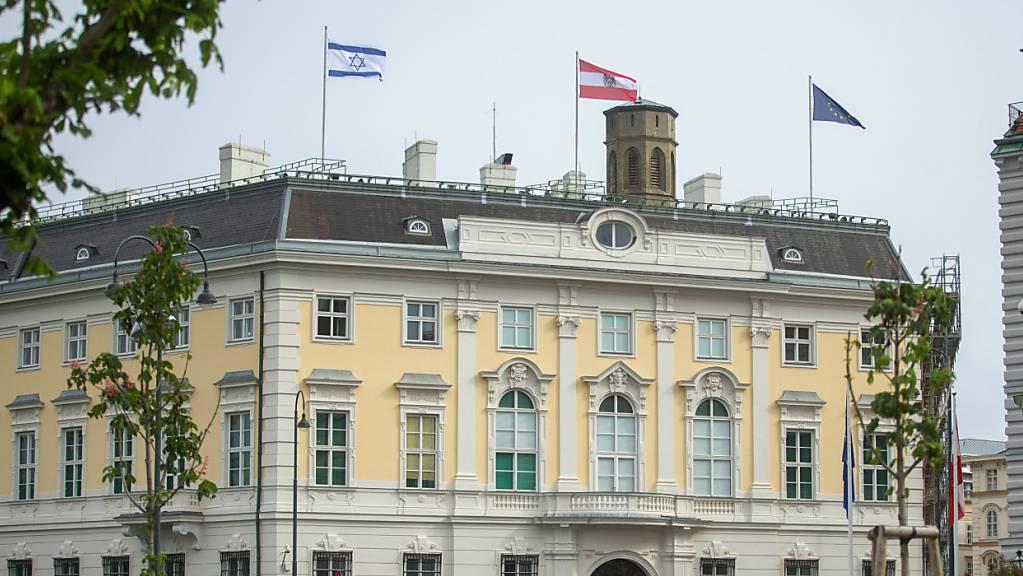 Die Flagge Israels ist auf dem Bundeskanzleramt gehisst.