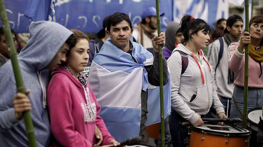 Zehntausende protestierten in der Hauptstadt Buenos Aires gegen die Sparmassnahmen und Kreditverhandlungen mit dem Internationalen Währungsfonds (IWF).