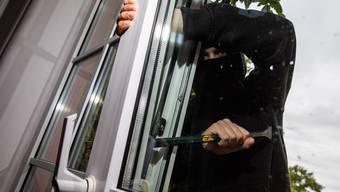 Gemäss der Beschreibung des Opfers trugen die Täter dunkle Kleidung und fuhren mit einem silbrigen Mercedes davon. (Symbolbild)