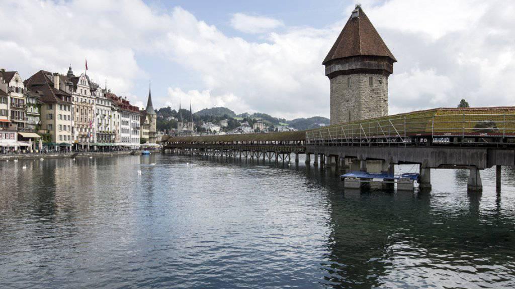 Das Dach der Kapellbrücke in Luzern wird nach gut 20 Jahren saniert (Archiv)
