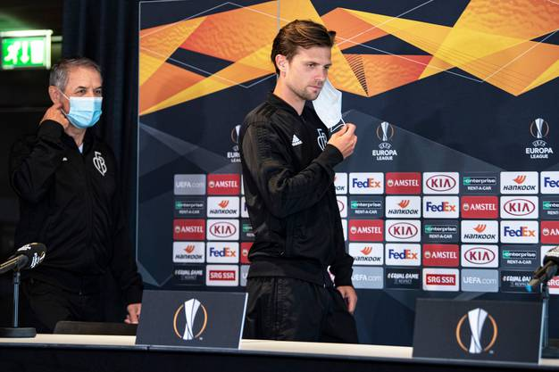 FCB-Trainer Marcel Koller und Captain Valentin Stocker an der Pressekonferenz vor dem Rückspiel gegen Frankfurt.