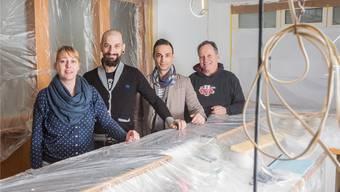 Sie stehen hinter Öufi-Bar im «Burristurm» (v.l.): Stefanie Probst, Gastgeberin, Fabio Simeoli, Co-Inhaber, Giovanni Calcagno, Co-Inhaber, Alex Künzle, Berater und Inhaber der Öufi-Brauerei.