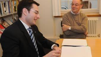 Lächelnd streiten: Trotz Meinungsunterschieden schenken sich FDP-Präsident Manuel Mohler (links) und Gemeindepräsident Peter Burch ein Lächeln. (HDU)