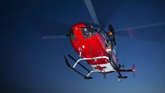 Nach der Erstversorgung wurde der verletzte Knabe mit einem Rettungshelikopter der REGA ins Spital geflogen. (Symbolbild)