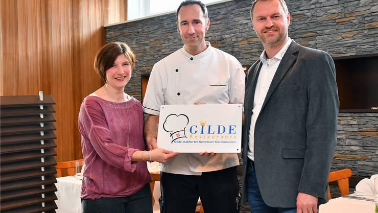 Inhaber Stephanie und Peter Felber (links) bei der Gildentafelübergabe mit Ambassador Eli Wengenmaier. Bruno Kissling