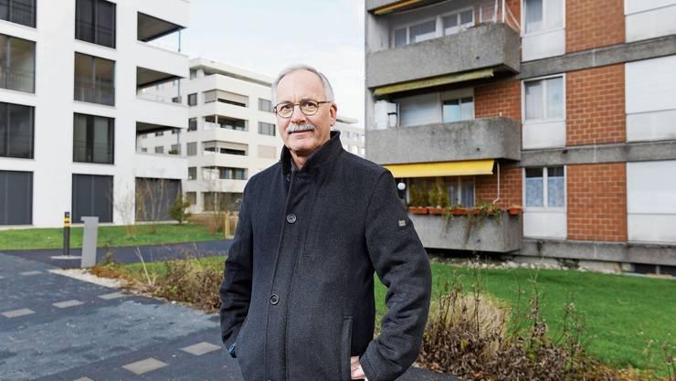 Alt und neu treffen in Zuchwil im Kanton Solothurn aufeinander: Gemeindepräsident Stefan Hug vor der Überbauung «Volaare».