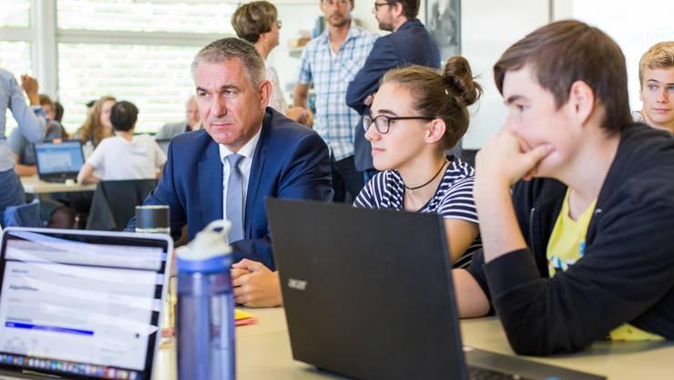 Pünktlich zum Schulstart: Regierungsrat Alex Hürzeler, Vorsteher Departement Bildung, besucht die Neue Kantonsschule Aarau