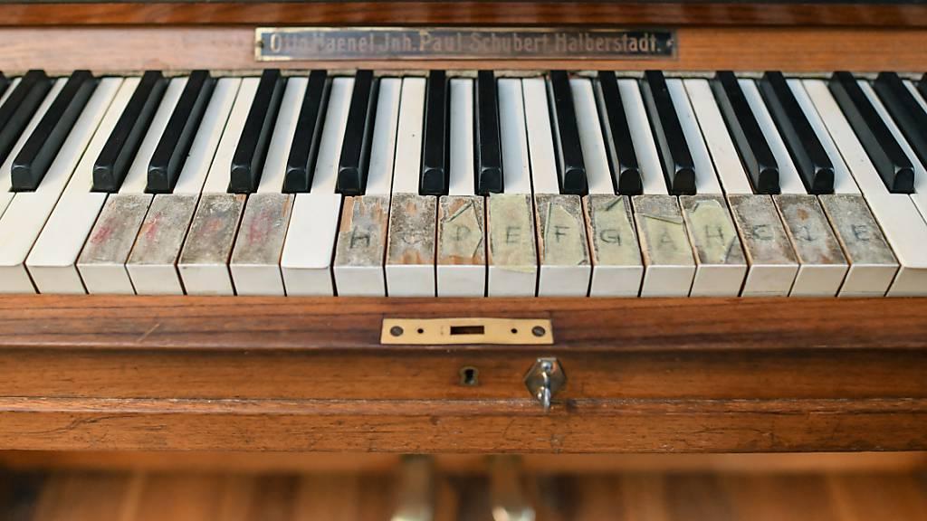 Junge Französin sucht Besitzerfamilie von 150 Jahre altem Klavier