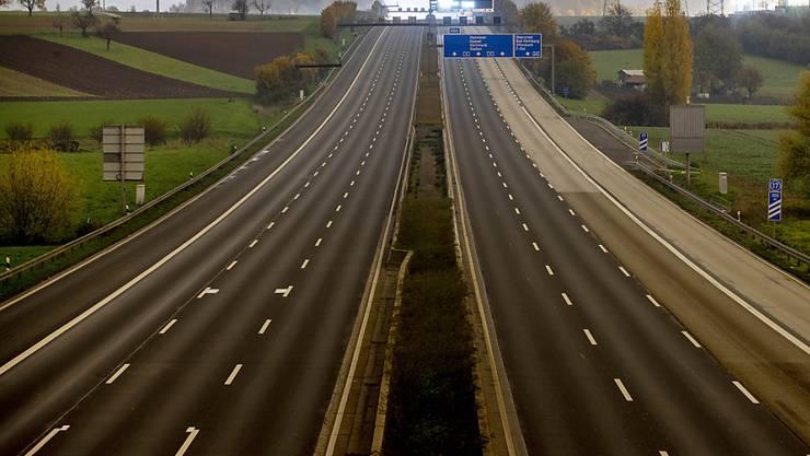 Auf der A5 im deutschen Landkreis Lörrach hat sich ein Unfall mit einem Geisterfahrer ereignet - die Autobahn musste bis spät in der Nacht auf Dienstag in Richtung Basel komplett gesperrt werden. (Archivbild)