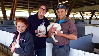 Adrienne (10), Susanne und Roland Giger freuen sich über die neue Halle und die Ausrichtung des Betriebes auf Kaninchenaufzucht und Mast.